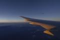 飛行機の窓から夕日