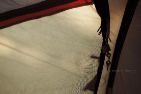 夜テントに忍び寄る虫
